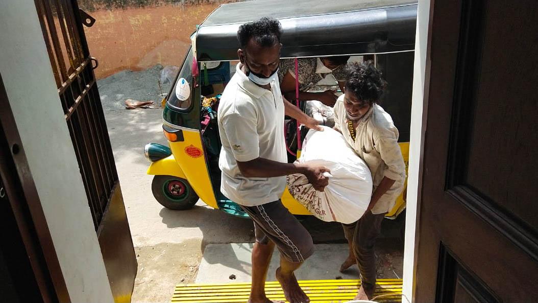 Distribution de nourriture par John Peter